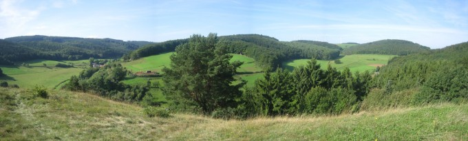 Links Blick vom Eulenberg, links Urfey, Mitte Kallmuther Bachtal